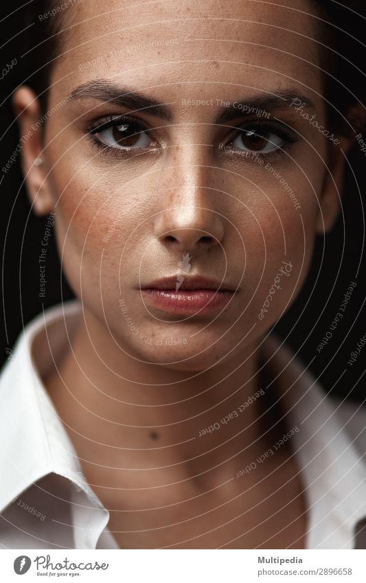 Porträt einer sexy kaukasischen Frau elegant Stil schön Körper Haut Gesicht Lippenstift Mensch Erwachsene Arme Hand Kunst Mode Jacke Unterwäsche Leder brünett