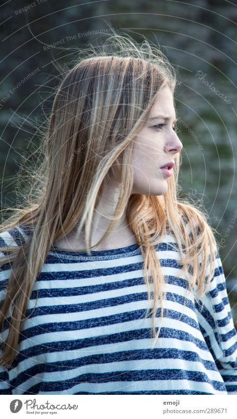 Wind feminin Junge Frau Jugendliche 1 Mensch 18-30 Jahre Erwachsene blond langhaarig schön Farbfoto Außenaufnahme Tag Schwache Tiefenschärfe Profil