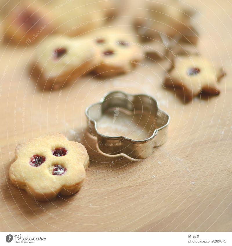 24.12. Weihnachten & Advent Holz Lebensmittel Ernährung süß lecker Loch Backwaren Keks Teigwaren Plätzchen Marmelade Backform