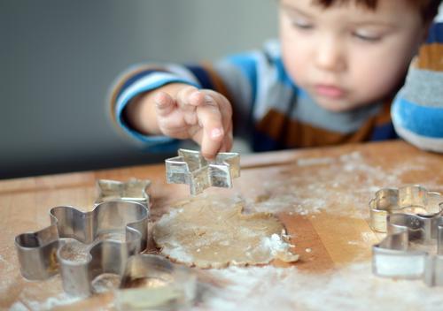 Plätzchen backen Mensch Kind Lebensmittel Kindheit Ernährung Kochen & Garen & Backen niedlich süß Stern (Symbol) lecker Kleinkind Backwaren Teigwaren roh