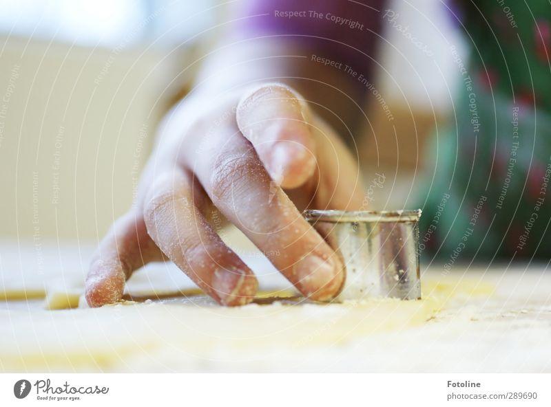 Frohe Weihnachten Mensch Kind Hand Kindheit Arme Haut Kochen & Garen & Backen Finger süß Backwaren Teigwaren Plätzchen Fingernagel stechen Ernährung