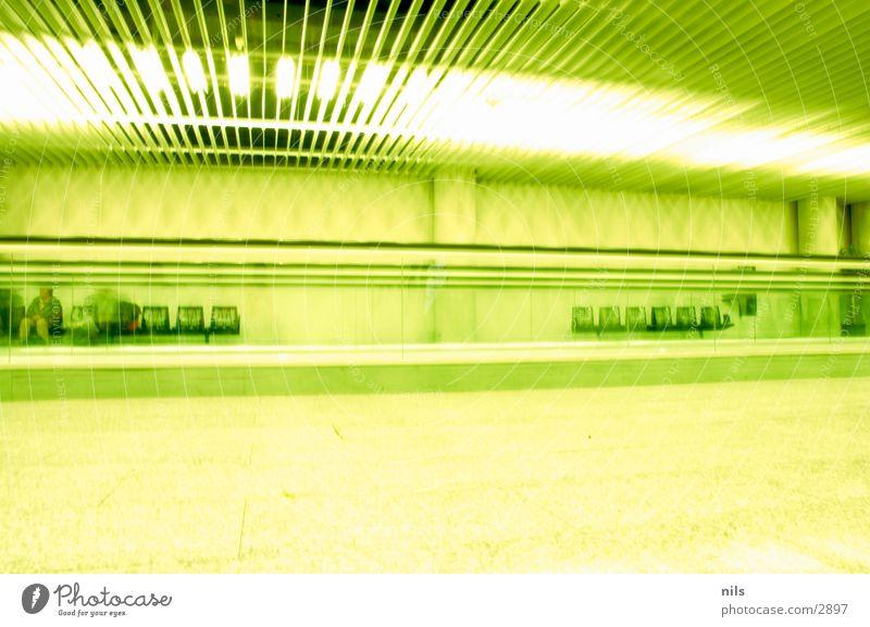 The Green Mile Mallorca Laufband Rolltreppe Stuhl Licht grün leer streben Langzeitbelichtung Flughafen Sitzgelegenheit ruhig hell
