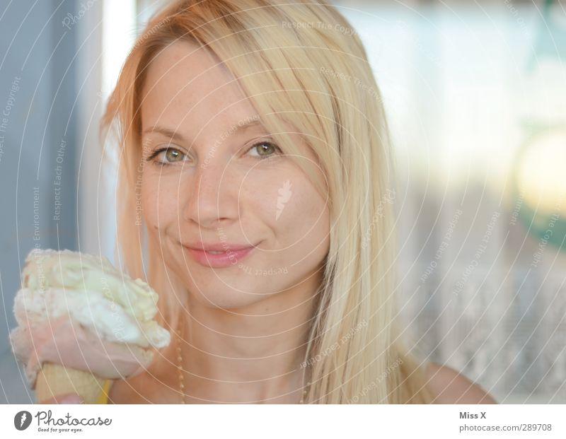 Frohe Weihnacht ;-) Lebensmittel Speiseeis Essen Mensch feminin Junge Frau Jugendliche 1 18-30 Jahre Erwachsene blond langhaarig groß lecker süß Fröhlichkeit