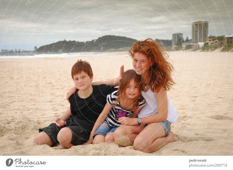 froh zu sein bedarf es wenig Geschwister 3 Kindergruppe 3-8 Jahre Kindheit 8-13 Jahre Wolken Pazifikstrand Gold Coast Queensland Sand Lächeln sitzen