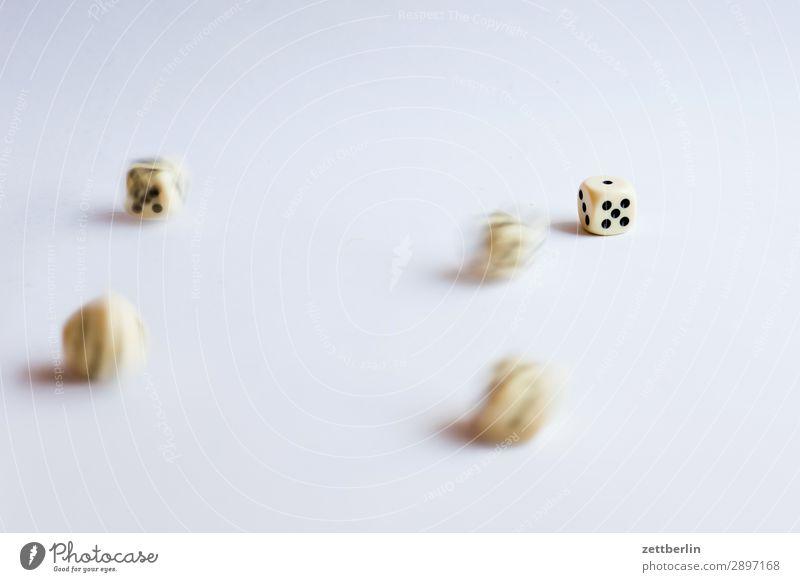 Fünf türkische Würfel Bewegung Bewegungsunschärfe fallen Glück Glücksspiel Kniffel pasch Spielen Statistik Schwache Tiefenschärfe Unschärfe wahrscheinlichkeit