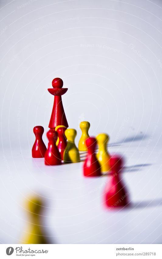 Gruppe Freizeit & Hobby Spielen Brettspiel Kinderspiel Menschengruppe Holz Zeichen gehen Gastfreundschaft Solidarität Hilfsbereitschaft führen folgend