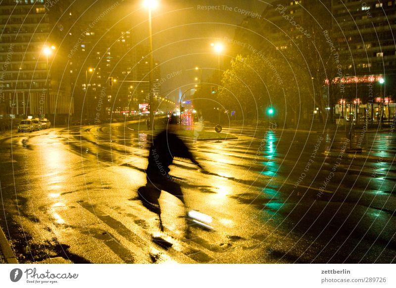 Radfahrer Fahrradfahren Stadt Stadtzentrum Fußgängerzone Haus Bauwerk Gebäude Architektur Verkehr Verkehrsmittel Verkehrswege Straße Wege & Pfade leuchten