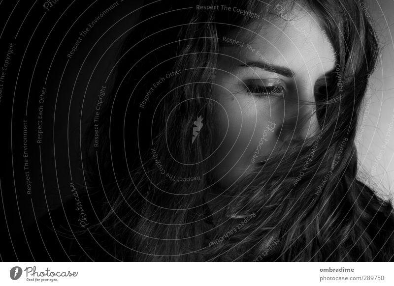 BLACK&WHITE Mensch feminin Junge Frau Jugendliche Erwachsene Leben Kopf Haare & Frisuren 1 18-30 Jahre langhaarig Locken dunkel schön einzigartig Stadt Gefühle