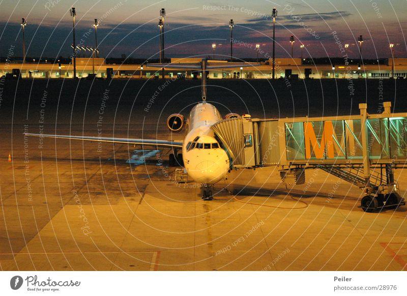 Munich Airport Sunset blau gelb orange Flugzeug München Flughafen Gate