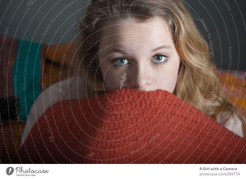 Und dann gibt's wieder Diskussionen- sag ich es oder nicht? Mensch feminin Junge Frau Jugendliche Auge 1 13-18 Jahre Kind festhalten Blick schön einzigartig rot