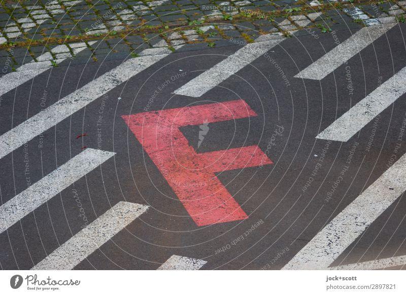 F/läche Berlin-Tempelhof Verkehrswege Straße Schriftzeichen Schilder & Markierungen Linie Streifen außergewöhnlich eckig fest Stadt rot Stimmung Akzeptanz