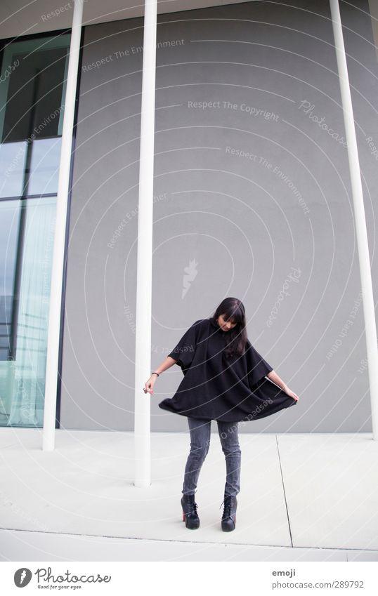 geponcht Mensch Jugendliche schön Erwachsene Junge Frau feminin 18-30 Jahre Mode dünn trendy Umhang pirouettieren