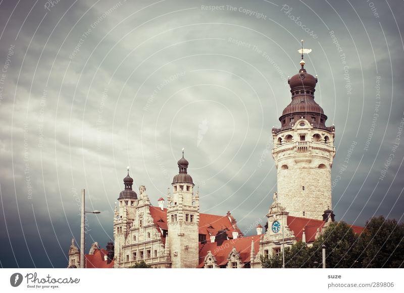 Dunkle Wolken trübten den Tag am sächsischen Hof Himmel Umwelt dunkel Architektur grau Stil Wetter Klima Turm Kultur fantastisch historisch Vergangenheit