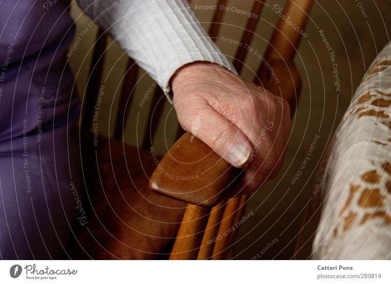 abstützen feminin Weiblicher Senior Frau Großmutter Leben 1 Mensch Pullover Stoff Schürze Holz berühren festhalten machen nah weich Stuhl Tisch Tischwäsche