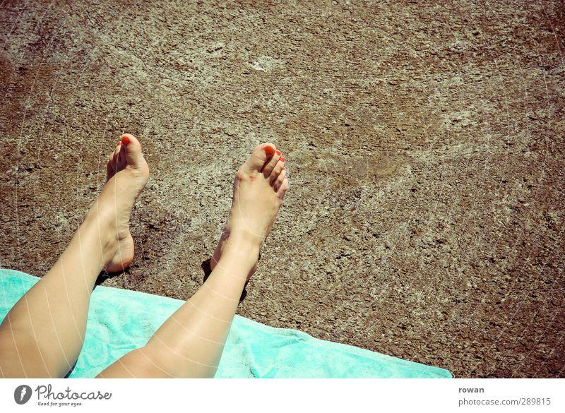 unterm pflaster liegt der strand Strand nachhaltig Natur Stadt Ferien & Urlaub & Reisen Wandel & Veränderung Beine Zehen Fuß Asphalt hart Handtuch Sonnenbad