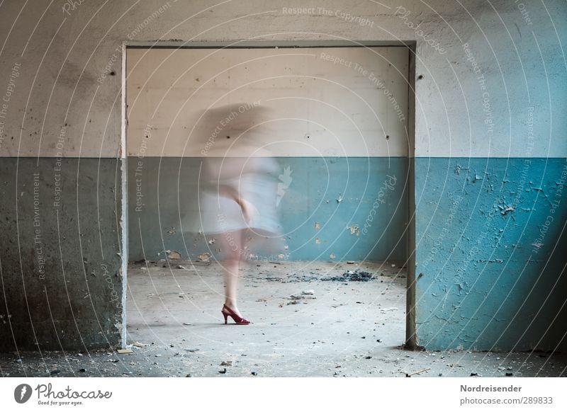 Zwischenwelten.... Mensch Frau blau weiß Freude Erwachsene Wand Leben Erotik feminin Architektur Mauer Innenarchitektur Zeit Raum Tanzen