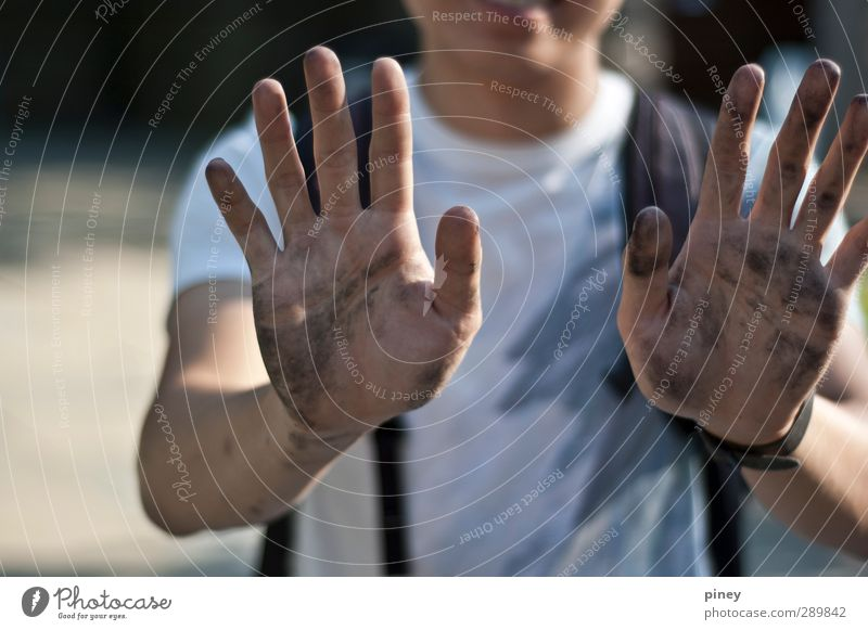 nach dem Kunstunterricht Handarbeit maskulin Junger Mann Jugendliche Erwachsene Arme 13-18 Jahre Kind 18-30 Jahre Künstler Lächeln streichen dünn schwarz