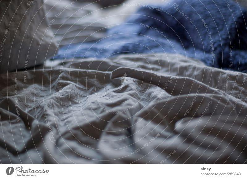 blau ruhig grau träumen Raum Wellen Häusliches Leben schlafen Bett Gelassenheit Decke Bettdecke