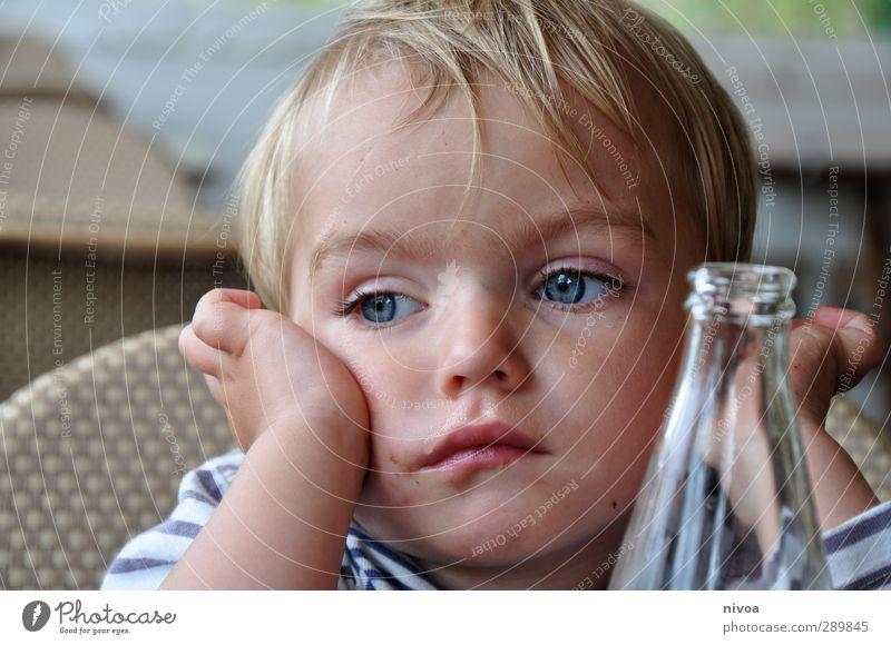 Kind ganz versonnen Essen Mittagessen Getränk Trinkwasser Limonade Flasche Sommer maskulin Kleinkind Junge Haut Kopf Haare & Frisuren 1 Mensch 1-3 Jahre