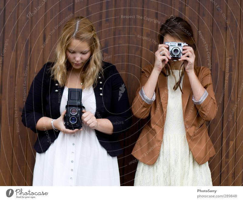Leidenschaft die Verbindet Fotokamera feminin Junge Frau Jugendliche 2 Mensch entdecken Blick einfach trendy braun schwarz weiß Fotografie Farbfoto