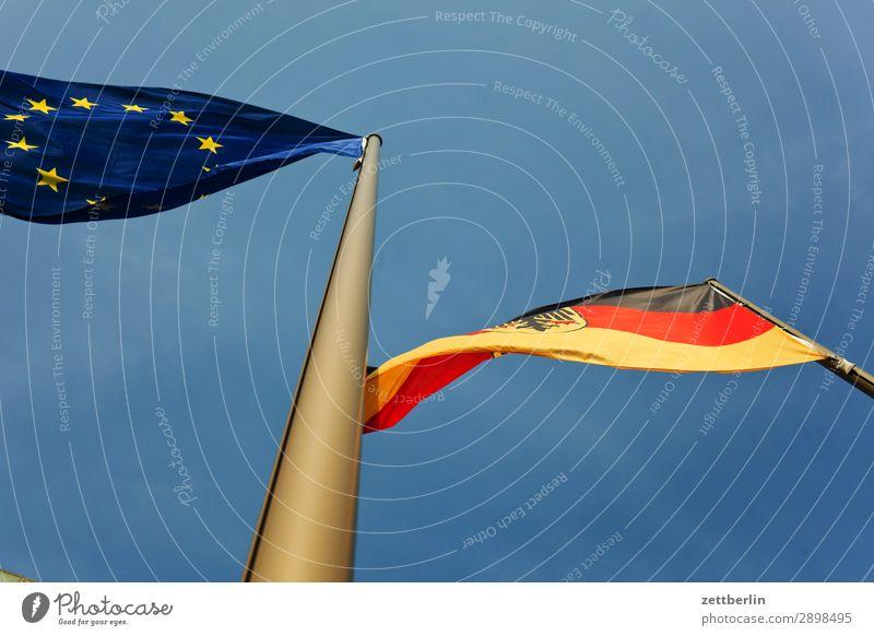 Deutschland/Europa Deutsche Flagge Nationalitäten u. Ethnien Europafahne Fahne Fahnenmast Froschperspektive Himmel Himmel (Jenseits) wehen Wind Mast