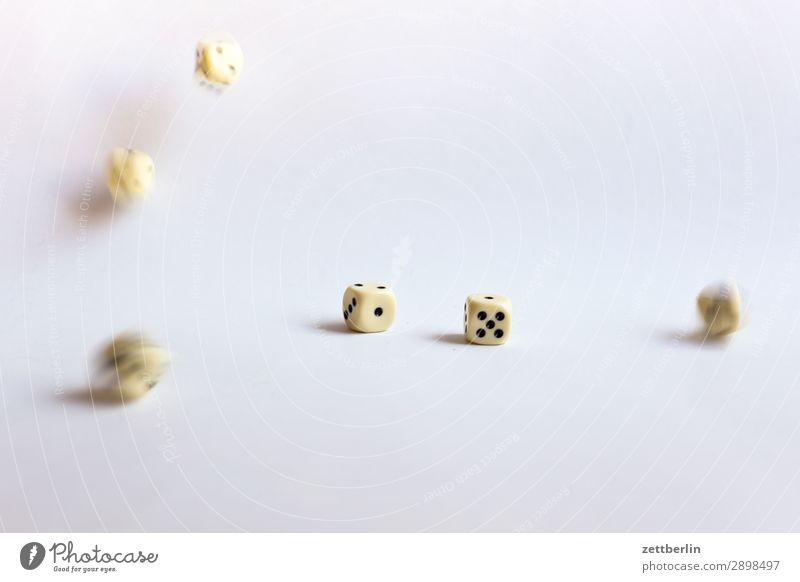 Würfel würfeln Bewegung Bewegungsunschärfe fallen Glück Glücksspiel Kniffel pasch Spielen Statistik Unschärfe wahrscheinlichkeit werfen Würfelspiel Zufall