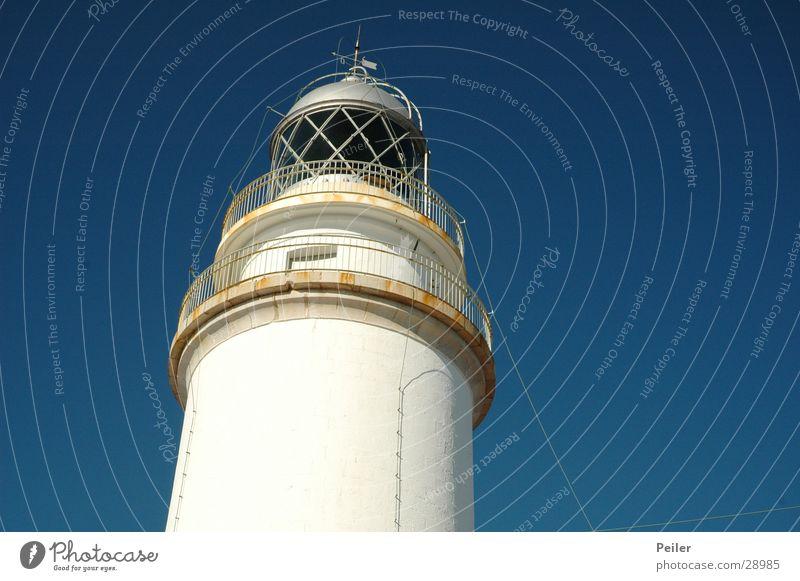 Leuchtturm auf Mallorcq Leuchtfeuer Schifffahrt weiß Seezeichen Mallorca Cap Formentor Architektur Himmel blau