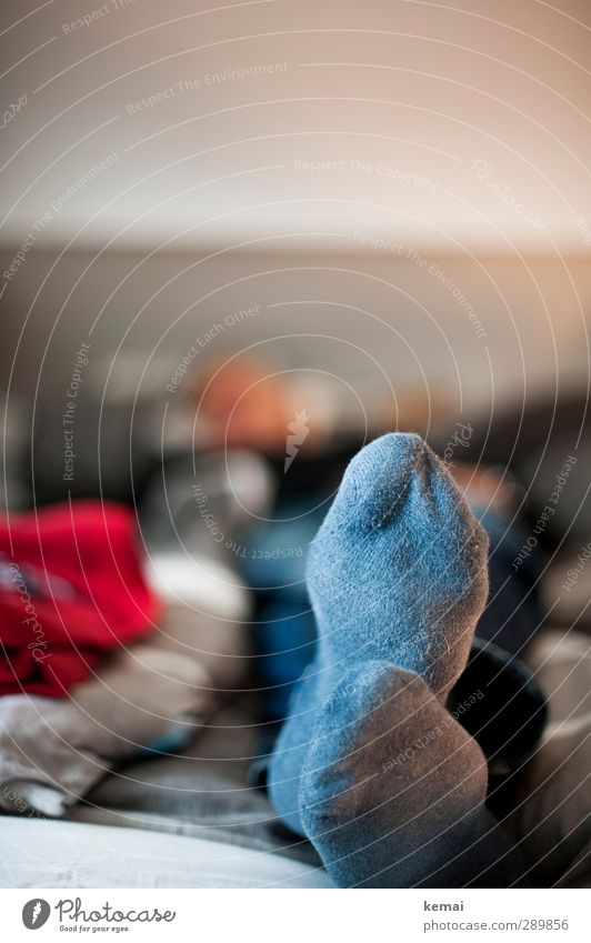 Feiertagshaltung Mensch Mann ruhig Erholung Erwachsene Fuß liegen Wohnung maskulin Häusliches Leben 45-60 Jahre Bett Strümpfe Bettdecke Fußsohle