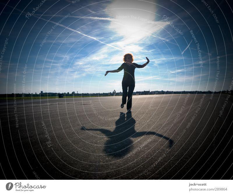 Im Leben balancieren harmonisch Wolken Horizont Schönes Wetter Landebahn rothaarig langhaarig Locken Bewegung Fitness stehen frei Identität Konzentration