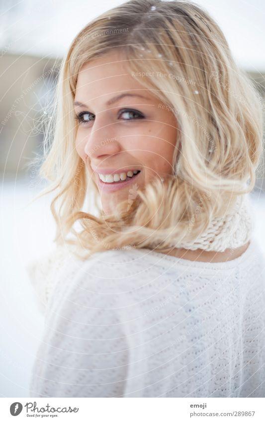 angel feminin Junge Frau Jugendliche Kopf Gesicht 1 Mensch 18-30 Jahre Erwachsene blond hell schön weiß lachen Lächeln sympathisch Schneeflocke Farbfoto