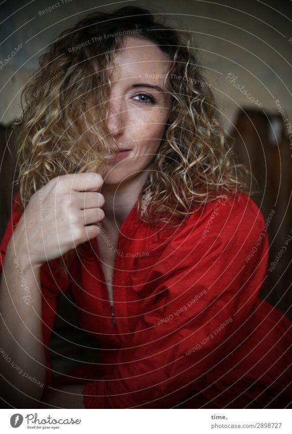 Martina feminin Frau Erwachsene 1 Mensch Ruine lost places Kleid blond langhaarig Locken beobachten festhalten Lächeln Blick Freundlichkeit schön Zufriedenheit
