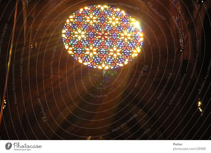 Licht im Dunkel Fenster dunkel schwarz glühen Gotteshäuser Glas Religion & Glaube Lichtstrahl Farbe Lampe Kirchenfenster.