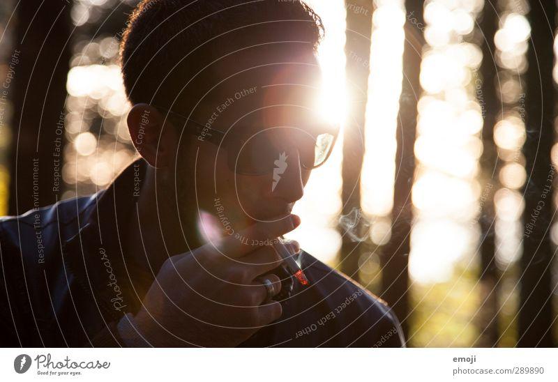 big love maskulin Junger Mann Jugendliche 1 Mensch 18-30 Jahre Erwachsene Umwelt Natur Coolness dunkel trendy Tabakwaren Zigarette Farbfoto Außenaufnahme Abend