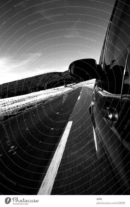 Hispeed Kleinwagen Landstraße Geschwindigkeit Mittelstreifen Asphalt schwarz weiß Spiegel Verkehr PKW Mercedes A Klasse A-Klasse Straße B/W BW Schwarzweißfoto