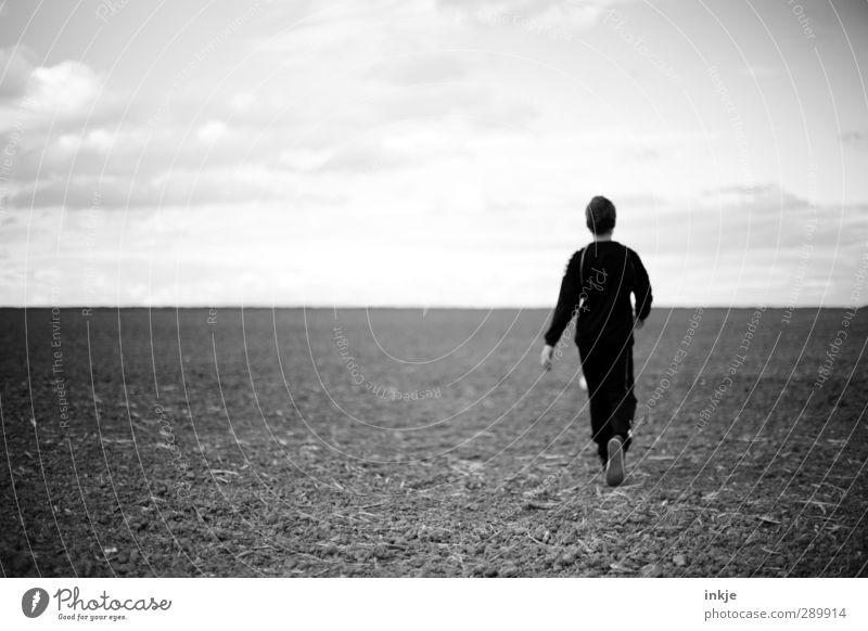 Hinterm Horizont geht's weiter! Mensch Himmel ruhig Landschaft Ferne Leben Gefühle Junge Freiheit Gesundheit Luft Horizont Stimmung gehen Feld Erde