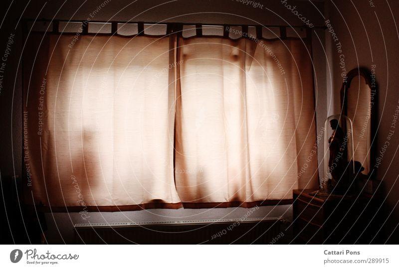 Schlafzimmer Wohnung einrichten Spiegel dunkel gruselig Schatten Silhouette Skulptur Jesus Christus Puppe Fenster Vorhang Gardine unheimlich Traurigkeit Licht