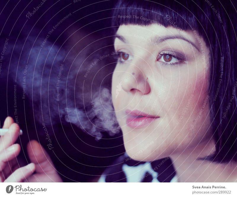 lila rauch. feminin Frau Erwachsene Haare & Frisuren Gesicht Auge Mund Lippen 1 Mensch 30-45 Jahre schwarzhaarig kurzhaarig Pony beobachten genießen träumen