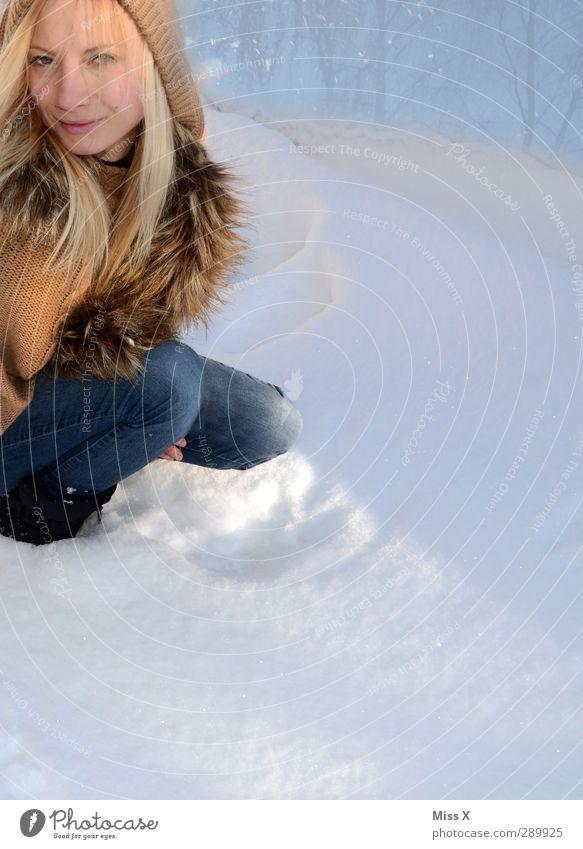 Schneemaid Mensch feminin Frau Erwachsene 1 18-30 Jahre Jugendliche Winter Fell Mütze blond langhaarig sitzen schön Farbfoto Außenaufnahme Textfreiraum unten