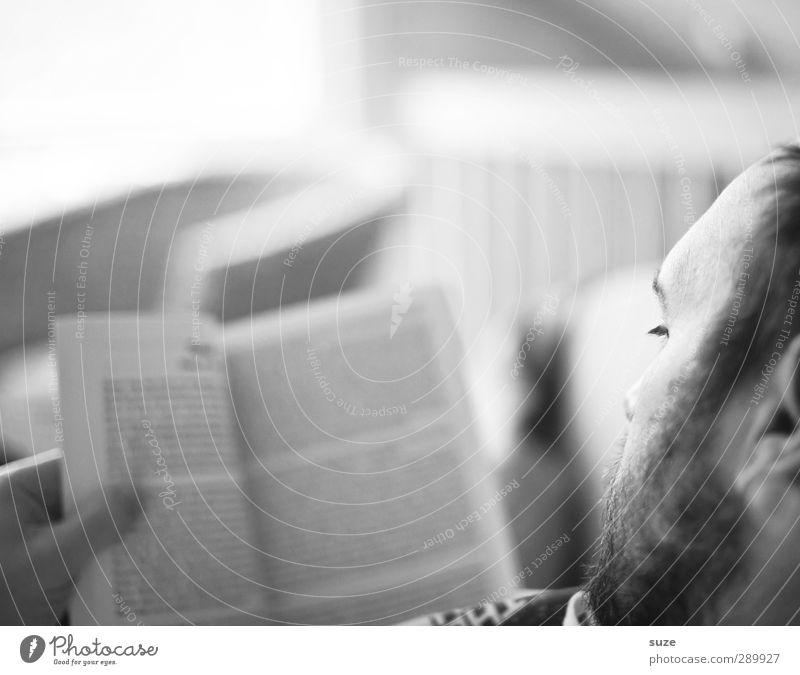 Erlesene Zeit Mensch Mann Jugendliche ruhig Erholung Erwachsene Junger Mann Kopf maskulin Freizeit & Hobby Zufriedenheit Buch authentisch Häusliches Leben