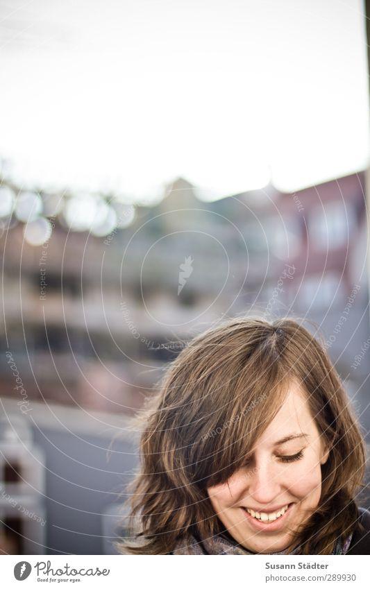 Happy Birthday!!! Kopf 1 Mensch 18-30 Jahre Jugendliche Erwachsene Lächeln lachen Sonne Freundlichkeit brünett Junge Frau Textfreiraum oben Sonnenlicht