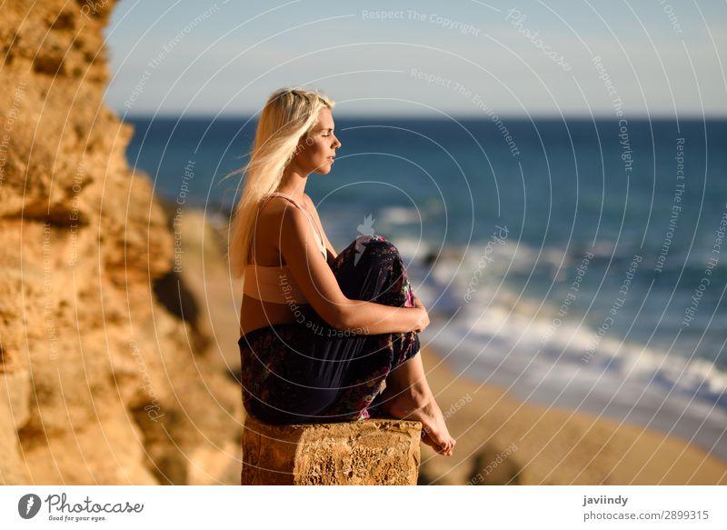 Frau genießt den Sonnenuntergang an einem schönen Strand. Lifestyle Glück Körper Leben Erholung Meditation Freizeit & Hobby Ferien & Urlaub & Reisen Freiheit