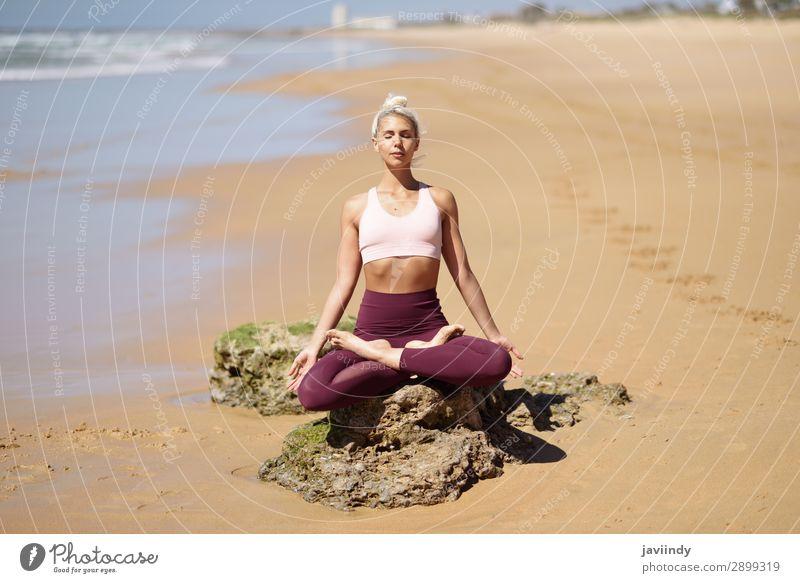 Kaukasische blonde Frau, die Yoga am Strand praktiziert. Lifestyle schön Körper Leben harmonisch Erholung ruhig Meditation Sommer Meer Sport Mensch feminin