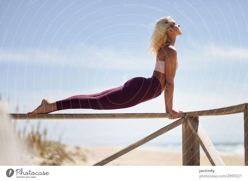 Frau Mensch Himmel Natur Jugendliche Junge Frau Sommer schön Meer Erholung ruhig Freude Strand 18-30 Jahre Lifestyle Erwachsene