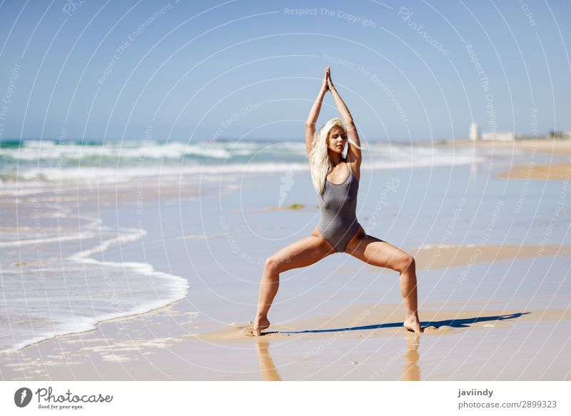 Kaukasische blonde Frau, die Yoga am Strand praktiziert. Lifestyle schön Körper Leben harmonisch Erholung Meditation Sommer Meer Sport Mensch feminin Erwachsene