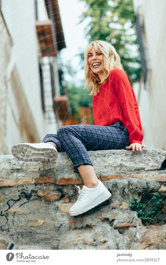 Lächelndes blondes Mädchen mit rotem Hemd, das das Leben im Freien genießt. Lifestyle Stil Glück schön Haare & Frisuren Mensch feminin Junge Frau Jugendliche