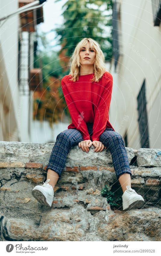 Blondes Mädchen mit rotem Hemd, das das Leben im Freien genießt. Lifestyle Stil schön Haare & Frisuren Mensch feminin Junge Frau Jugendliche Erwachsene 1