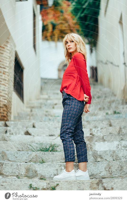Attraktive junge blonde Frau, die im urbanen Hintergrund steht. Lifestyle Stil schön Haare & Frisuren Mensch Junge Frau Jugendliche Erwachsene 1 18-30 Jahre