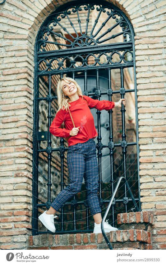 Glückliche junge blonde Frau neben der Stadttür. Lifestyle Stil schön Haare & Frisuren Mensch feminin Junge Frau Jugendliche Erwachsene 1 18-30 Jahre Herbst