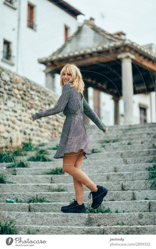 Frau Mensch Jugendliche Junge Frau schön weiß Freude 18-30 Jahre Straße Lifestyle Erwachsene Herbst feminin Gefühle lachen Glück