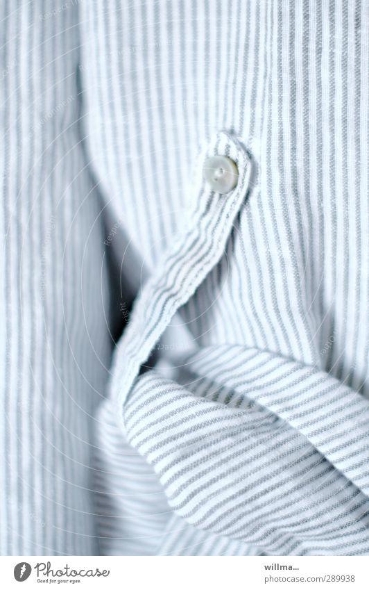 Zugeknöpft Hemd Stoff Streifen hell Bluse gestreift hochkrempeln Knöpfe blau-weiß Textilien Ärmel Hemdsärmel Fleischerhemd hochrollen Detailaufnahme
